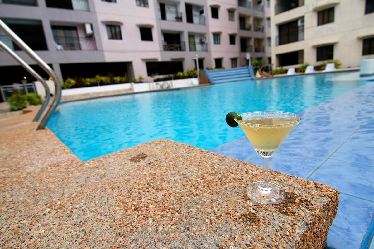 Cebu hotels top 10 - Diamond suites cebu swimming pool ...
